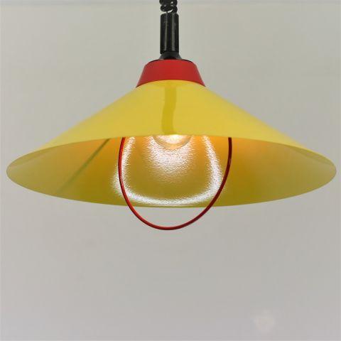 Gele hanglamp in Memphis stijl, gemerkt
